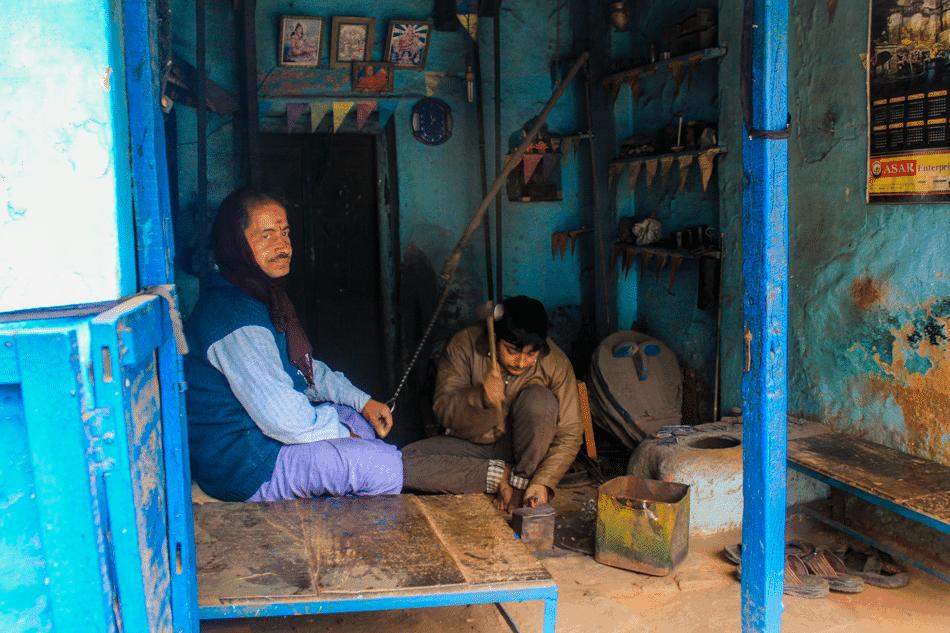 Een ouderwetse smid in Varanasi
