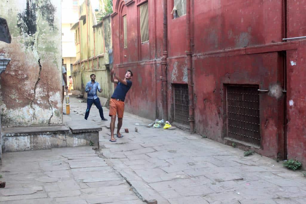 Cricket in een achterafsteegje