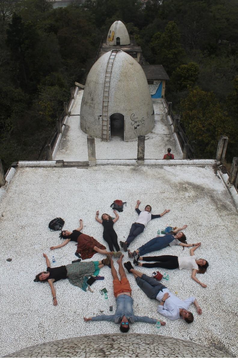 Chillen op een dak in de 'Beatles Ashram'